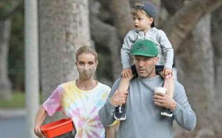 Рози Хантингтон-Уайтли и Джейсон Стэтхем на прогулке с сыном в Лос-Анджелесе: новые фото