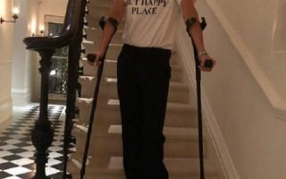 Виктория Бекхэм на костылях поведала о переломе левой ноги